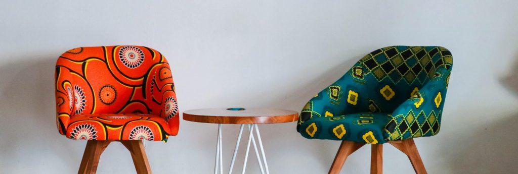 två vackra stolar i lägenhet